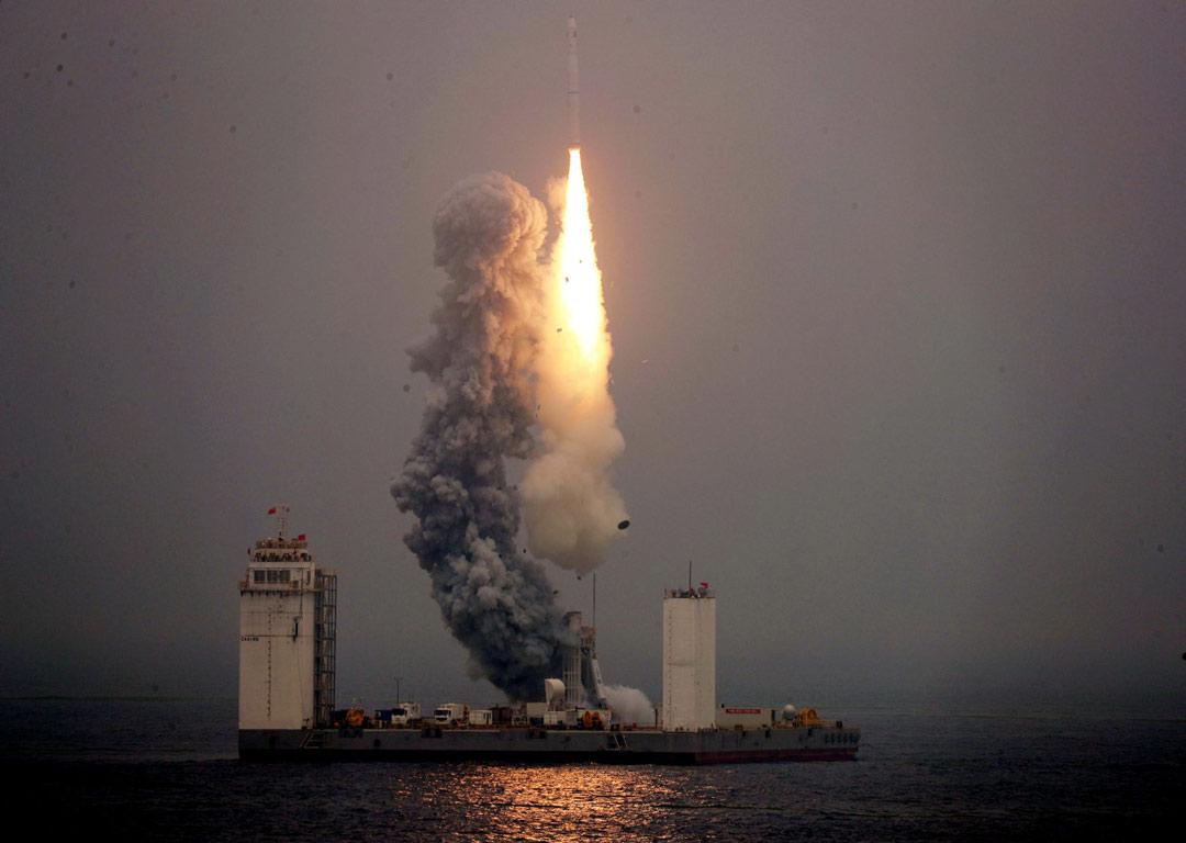 چین برای اولین بار یک راکت فضایی را از دریا به آسمان می فرستد!
